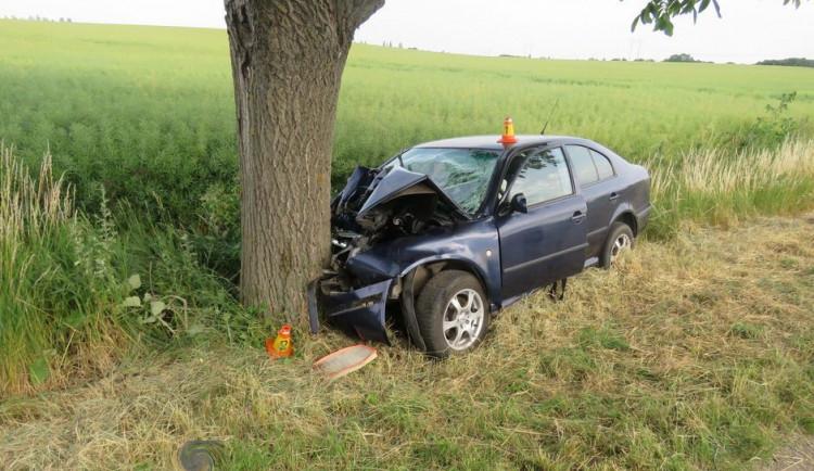 Řidič dostal u Hněvotína se svým autem smyk a čelně narazil do stromu