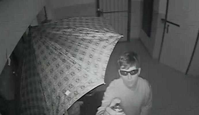 Dva muži podezřelí z krádeže kola posprejovali kameru, která je i přesto natočila. Pomozte je najít