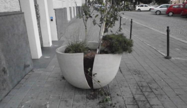 Květináč před Café New One nevydržel kopance od vandalů