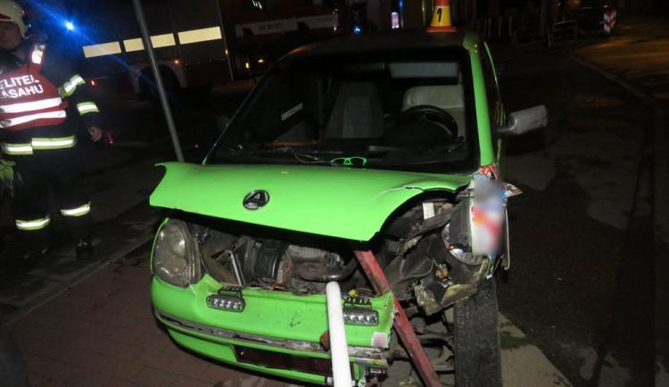 Patnáctiletý chlapec nezvládl jízdu se svým autem. Skončil v zábradlí