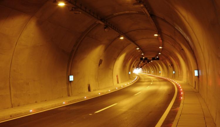 Jsou tunely pro řidiče nebezpečné? Pětina řidičů při průjezdu tunelem zápasí s úzkostí