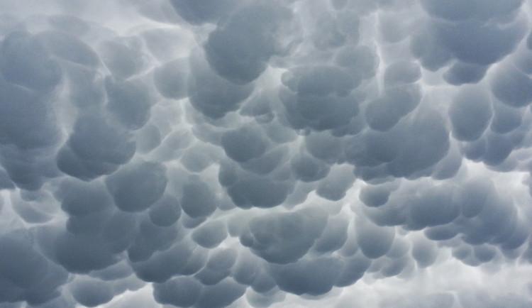 POČASÍ NA PONDĚLÍ: Čekejte zataženou oblohu, k večeru navíc začne pršet