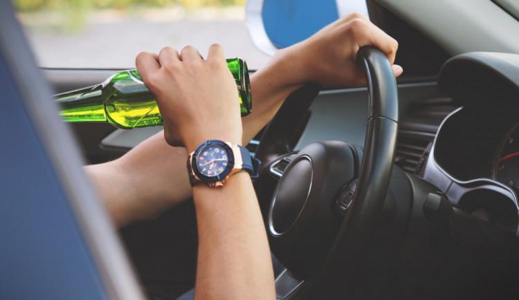 Jednadvacetiletý řidič usedl za volant opilý a se zákazem řízení