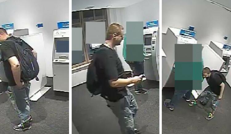 VIDEO: Zloděj chtěl nadrzo ukrást muži peněženku, zatímco si vybíral z bankomatu