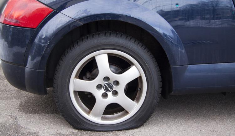Zloděj vykrádal v Olomouci auta, pak s jedním odjel. Policisté ho našli nabourané u Štěpánova