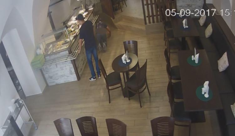 VIDEO: Zatímco jeden muž zabavil obsluhu v restauraci, druhý ukradl peníze. Zachytila je kamera