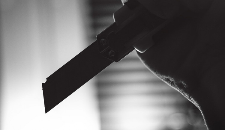 Opilý klient ubytovny vyhrožoval správci pobodáním s nožem v ruce