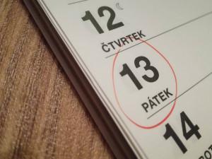 Pátek třináctého: Pověra, nebo opravdu smolný den? Hodně lidí se dnes zamkne doma