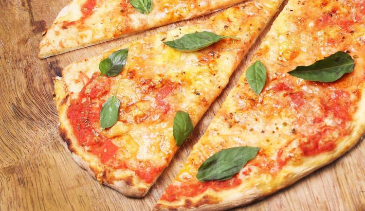 """Muž pozdravil u hladového okna s pizzou příchozího """"čest práci"""", ten mu dal čelíčko a odešel"""