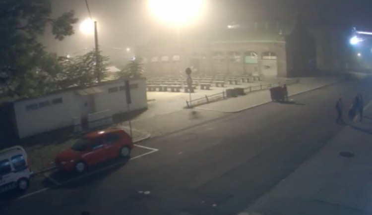 VIDEO: Mladík v Kateřinské převrátil kontejner. Chtěl prý ztížit práci popelářům