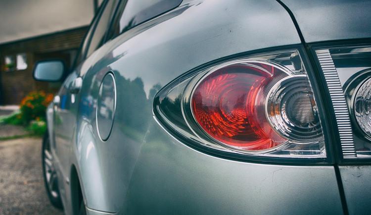Zloděj na benzínce na Pražské kompletně vykradl auto. Řidič ho nechal na pár minut odemčené