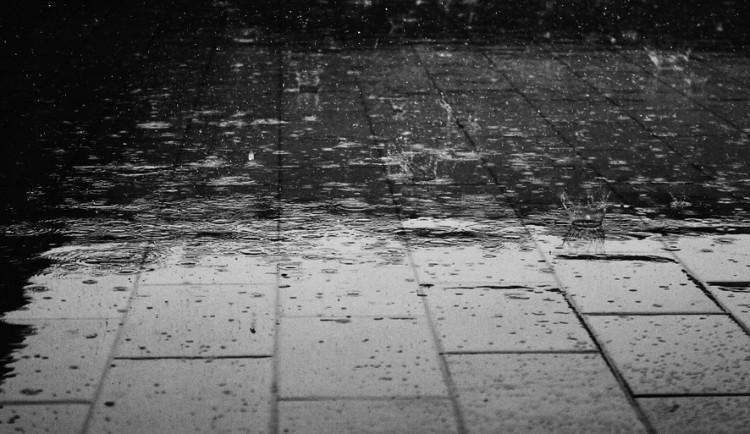 POČASÍ NA PONDĚLÍ: Teploty jen kolem desítky, během dne začne pršet