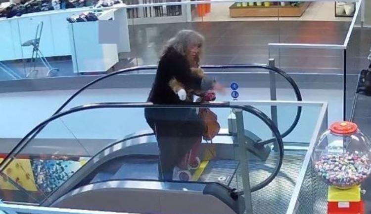 VIDEO: Žena ukradla prodavačce peněženku přímo z pokladního pásu. Nepoznáváte ji?