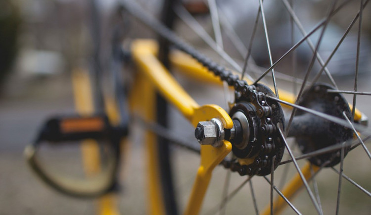 Téměř devadesátiletý řidič srazil cyklistu