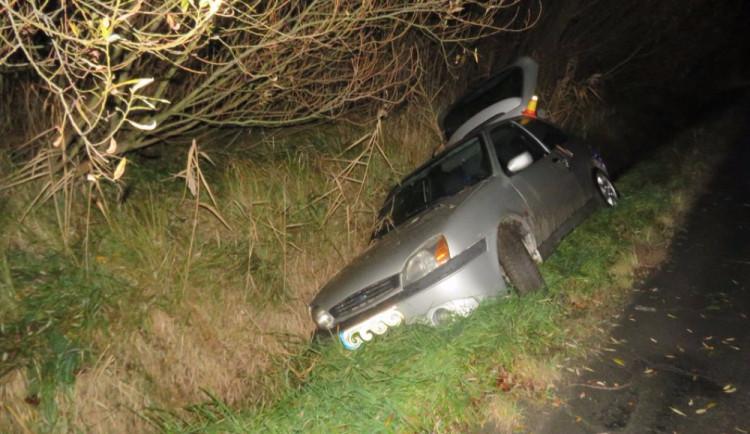 Řidička usedla za volant s 2,5 promile. S autem, ve kterém vezla dvě malé děti, skončila v příkopu