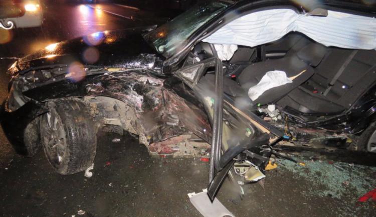 Devatenáctiletá řidička a dvacetiletý řidič se v noci střetli na křižovatce. Oba se při nehodě zranili