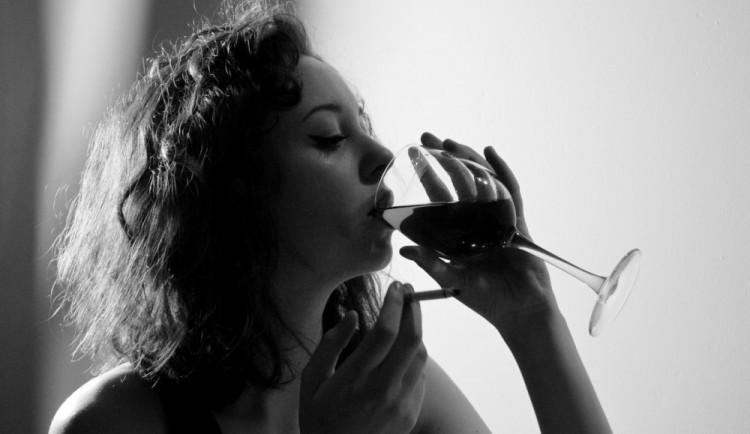 Vědecky potvrzeno: Víno miluje stále více žen