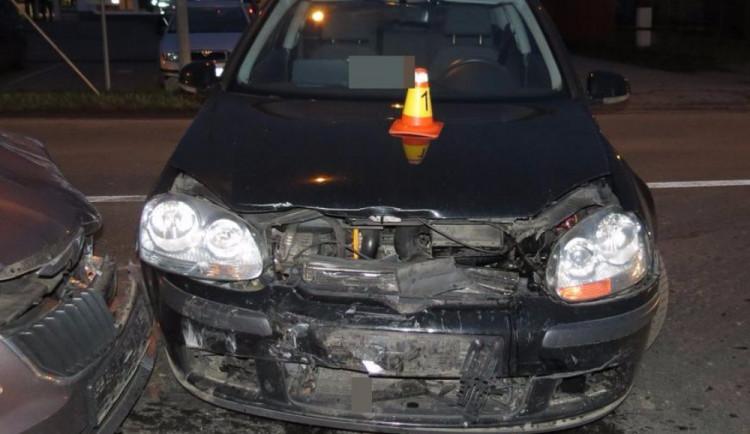 Při odbočování na vedlejší cestu řidič narazil do druhého auta. Oba řidiči utrpěli zranění