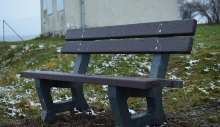 Město nainstalovalo první plastové lavičky, další budou přibývat