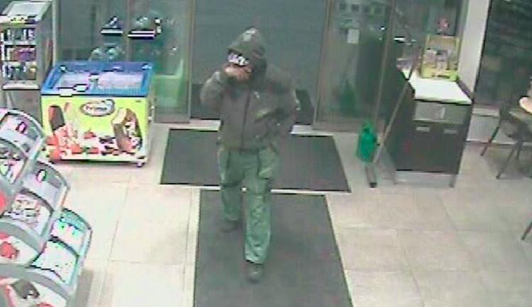 VIDEO: Muž vykradl benzinku, bral hotovost i cigarety. Obsluze vyhrožoval násilím