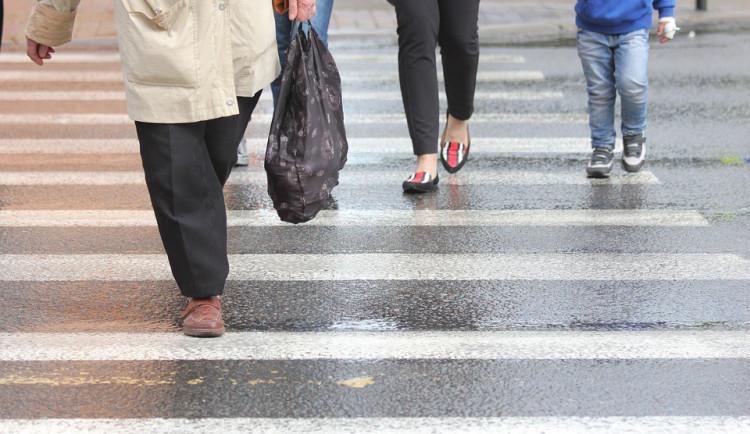 Dvaaosmdesátiletý řidič srazil na přechodu u Smetanových sadů školačku
