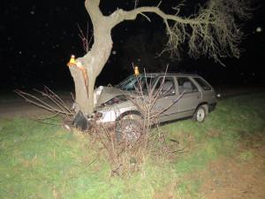 Řidič se svým autem narazil do stromu vedle silnice, z místa nehody se vypařil jako pára nad hrncem