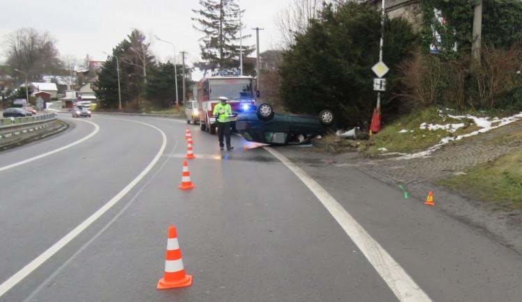 Řidič v Lipině nezvládl svůj vůz a po nárazu do sloupu ho převrátil na střechu. Byl opilý