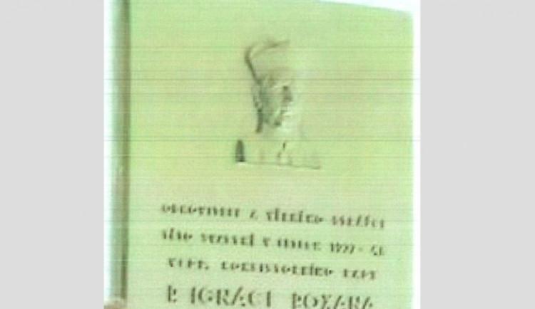 Zloděj ukradl vzácnou pamětní desku z průčelí kostela. Škoda může být až dvě stě tisíc