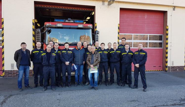 Muž přišel osobně poděkovat hasičům za dobře odvedenou práci. Před rokem jej zachránili
