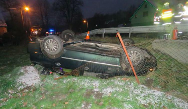 Řidič podcenil rychlost auta, skončil na střeše