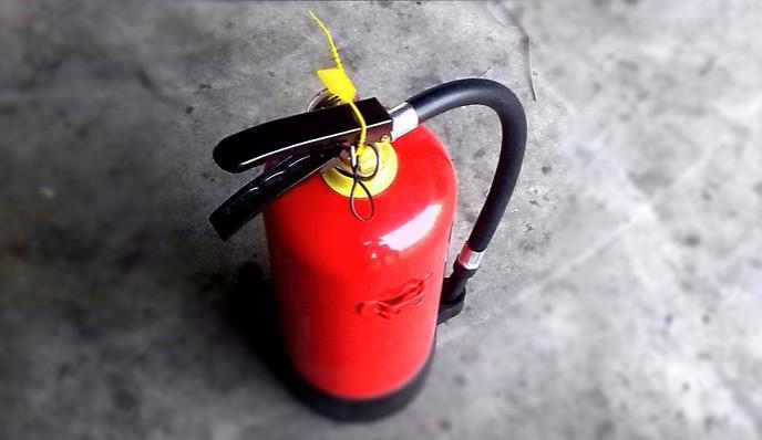 Vandal přes noc vystříkal v chodbách bytového domu dva hasičáky