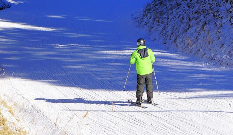 Návštěvnost lyžařských areálů v Jeseníkách je vysoká, zážitek ale lyžařům zkazil déšť