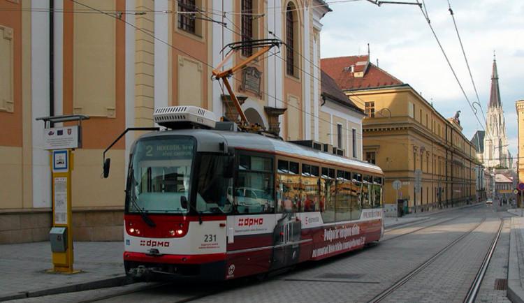 Muž chtěl okrást ženu v tramvaji. Chytil ho však policista, který měl ten den volno