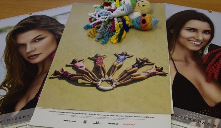 V olomoucké porodnici pokřtili kalendář s modelkami v bikinách a pletenými chobotničkami