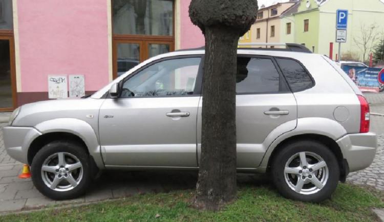 Opilý řidič v Olomouci se chtěl vyhnout střetu s autobusem, místo toho srazil ženu na chodníku