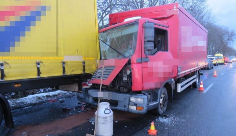 Řidiče dodávky oslnily sluneční paprsky, narazil do zaparkovaného náklaďáku