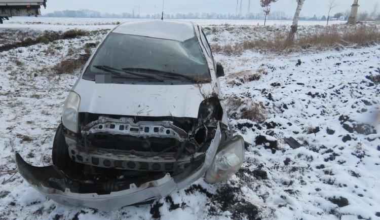 Pětašedesátiletá řidička jela příliš rychle, dostala smyk a otočila auto na střechu