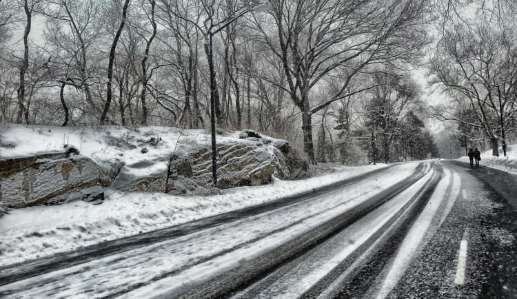 Rozbředlý sníh dělá paseku i na hlavních silnicích, jezděte opatrně