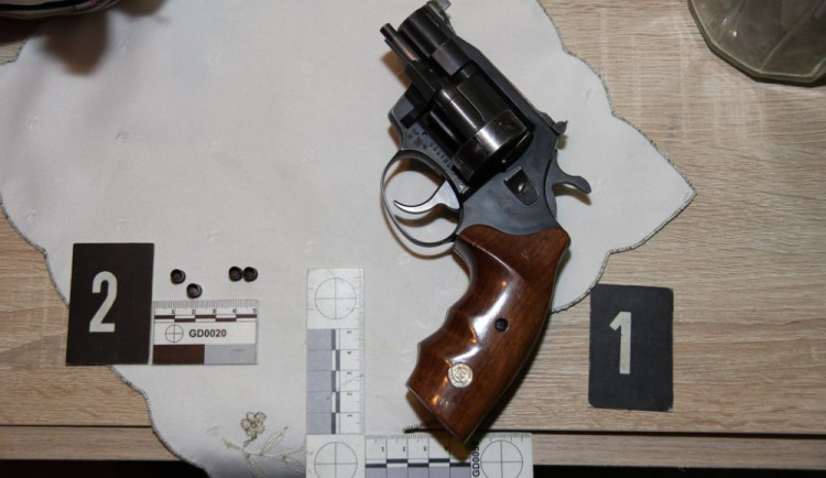 Muž v paneláku vyhrožoval sousedovi, že ho zabije a střílel po něm z revolveru, hrozí mu až deset let