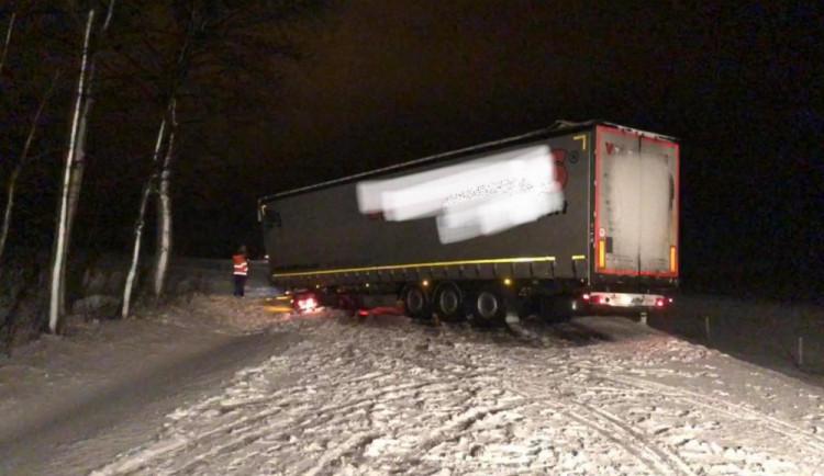 VIDEO: Hasiči v noci odstraňovali následky silného větru a vydatného sněžení