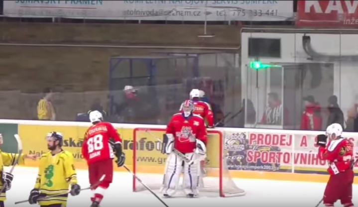 VIDEO: Porubský hokejista při utkání v Šumperku při odchodu do šaten hrubě napadl procházejícího fanouška