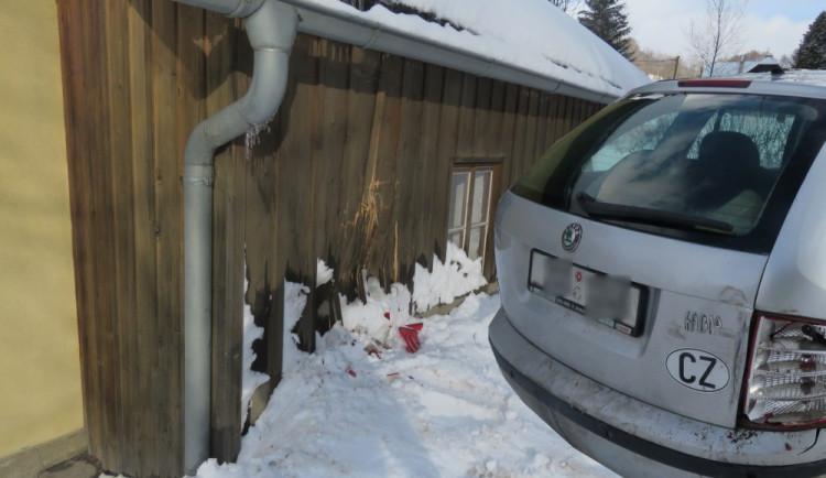 Řidič nemohl vyjet kopec na zasněžené silnici, chtěl si couvnout, sjel z cesty a naboural do domu