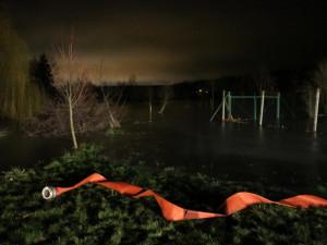 VIDEO: Lidem pod přehradou hrozilo zatopení domů, hasiči zasáhli včas