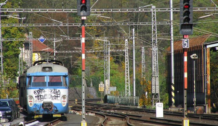 Muž posprejoval vlak, udělal škodu za šedesát tisíc korun