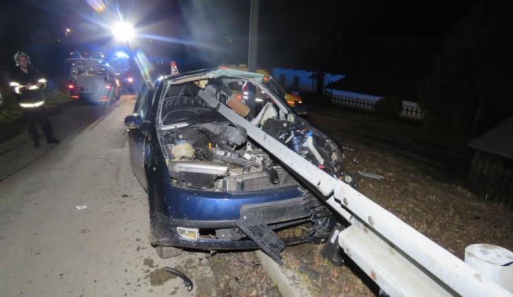 Řidič, který svoje auto napíchl na svodidla, byl opilý