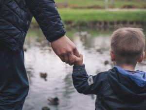 Glosa: Otcovská dovolená v českém podání je klasický kočkopes