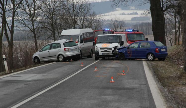 Sedm lidí bylo zraněno při hromadné nehodě minibusu a tří aut
