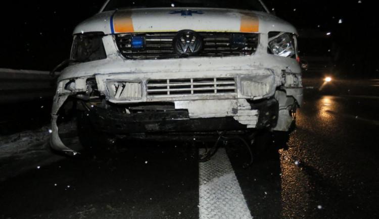 Na dálnici havarovala záchranka, její řidič jel po zasněžené silnici příliš rychle