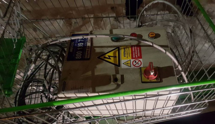 Dva muži si na nákupních vozících z Globusu odváželi svinovací dveře a rozvodnou elektrickou skříň