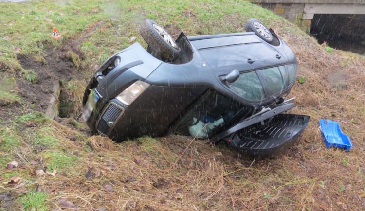 Řidič jel příliš rychle a převrátil auto na bok. S manželkou a dvěma dětmi byl převezen do nemocnice